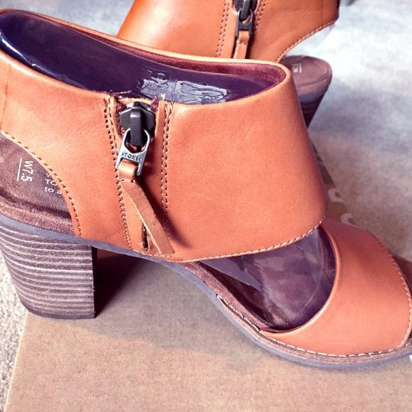 a9c99ca7636 Toms Tan Leather Women s Majorca Cutout Sandals. M 5a5d30fb3afbbd329eefe791